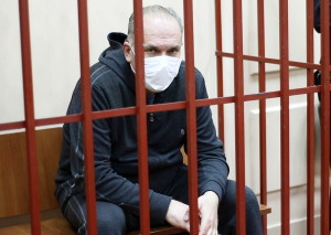 Михаилу Меню разрешили прогулки и запретили интернет