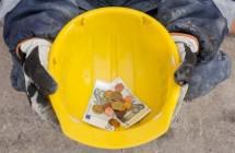 Строителям по-прежнему недоплачивают зарплату
