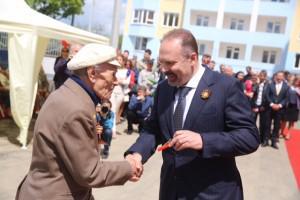 Глава Минстроя вручил ключи от квартир крымским ветеранам
